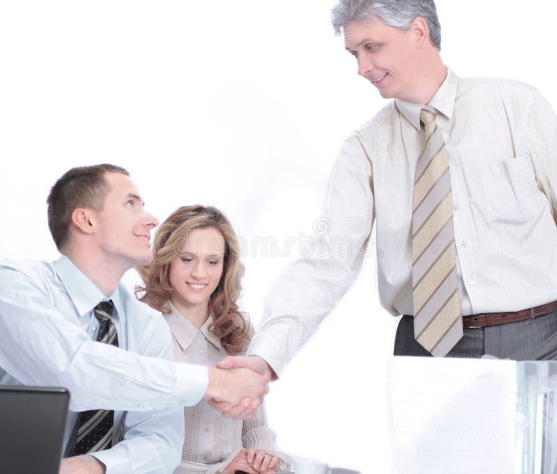 Gruppo di uomini d'affari la conclusione della transazione immagini stock