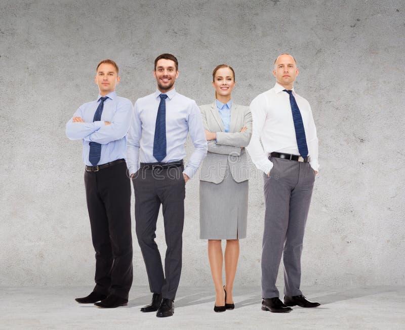 Gruppo di uomini d'affari sorridenti sopra fondo bianco fotografia stock