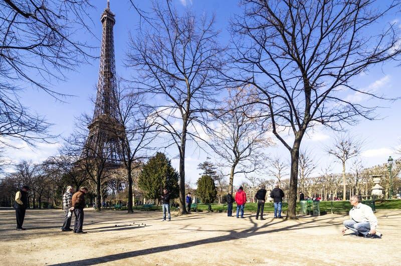 gruppo di uomini senior che giocano petanque nel parco Parigi, Francia fotografia stock libera da diritti