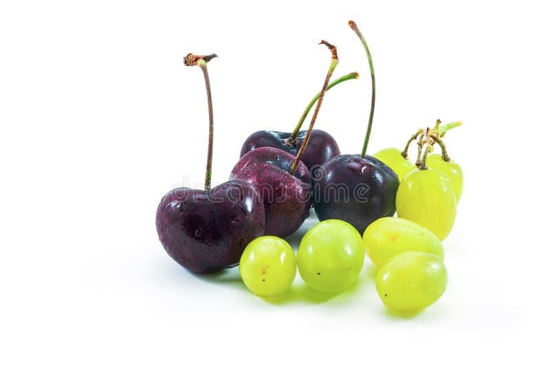 Gruppo di uva e di ciliegia fotografie stock