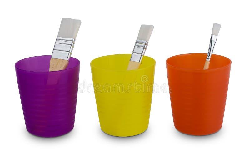 Gruppo di varia spazzola del colore ad acqua di dimensioni, maniglia di legno in vetro di plastica variopinto isolato su fondo bi immagini stock libere da diritti