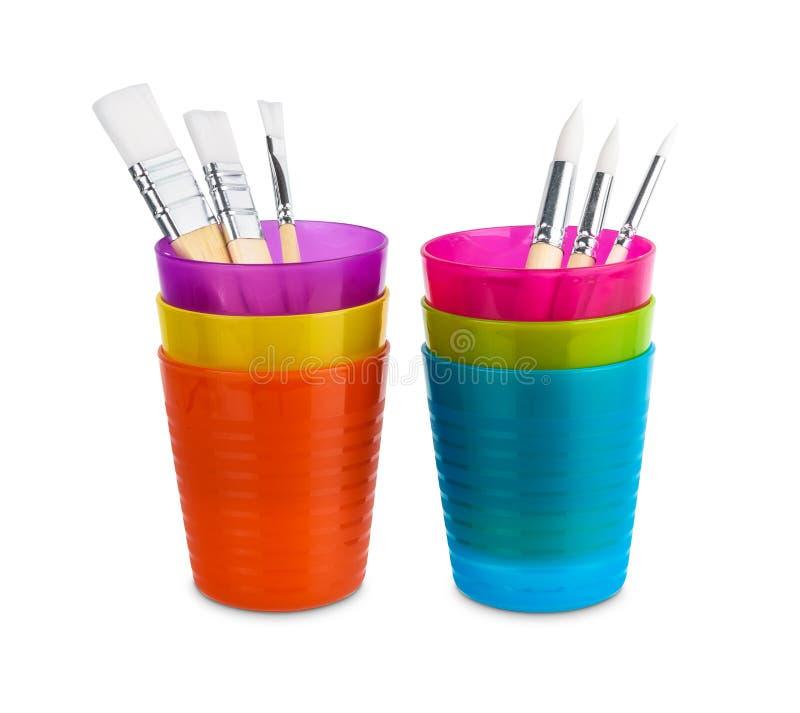 Gruppo di varia spazzola del colore ad acqua di dimensioni, maniglia di legno in vetro di plastica variopinto isolato su fondo bi fotografia stock