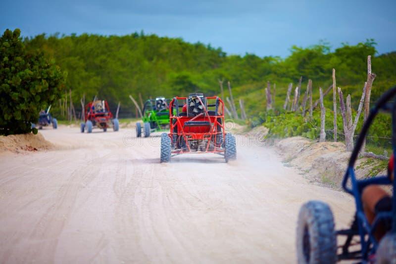 Gruppo di veicoli con errori che guidano sulla strada polverosa della campagna durante il viaggio turistico del extrim immagini stock libere da diritti