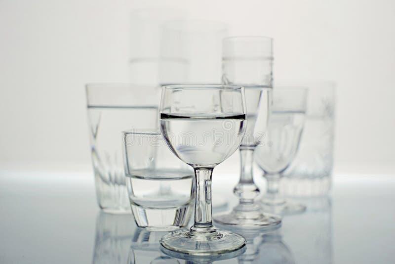 Gruppo di vetri in bianco e nero fotografia stock libera da diritti