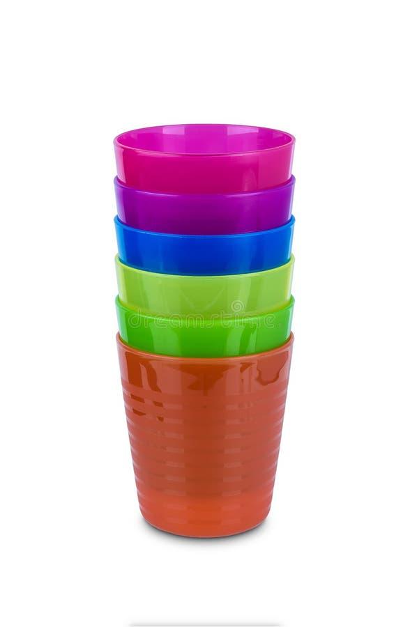Gruppo di vetro di plastica multicolore isolato su fondo bianco immagini stock libere da diritti