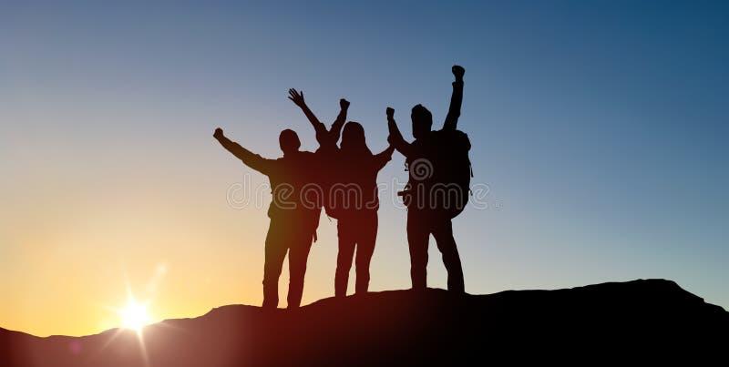Gruppo di viaggiatori con gli zainhi sopra alba fotografie stock libere da diritti
