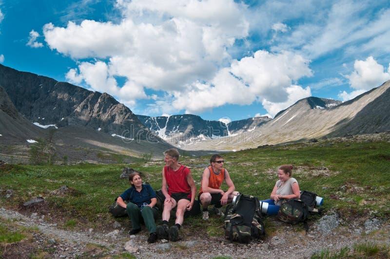 Gruppo di viaggiatori in montagne fotografie stock