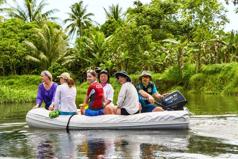 Gruppo di viaggiatori su una barca gonfiabile che esplorano l'isola Tahaa fotografia stock