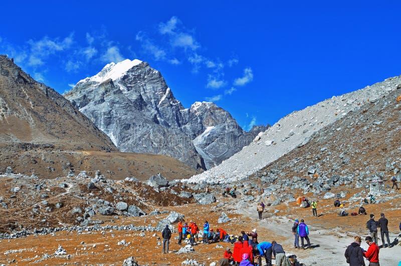 Gruppo di viandanti con gli zainhi sul viaggio in Himalaya, viaggio al campo base Everest immagine stock libera da diritti