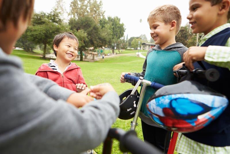 Gruppo di Young Boys con le bici in parco fotografia stock