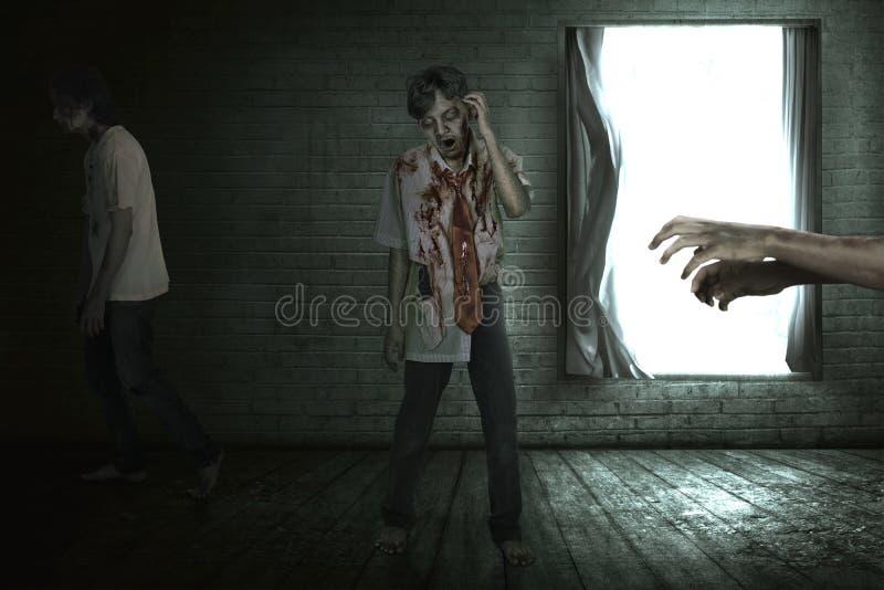 Gruppo di zombie asiatici spaventosi che camminano intorno fotografie stock