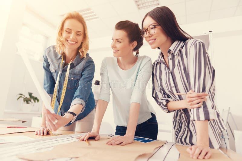 Gruppo diligente dei progettisti che lavorano nello studio immagini stock libere da diritti