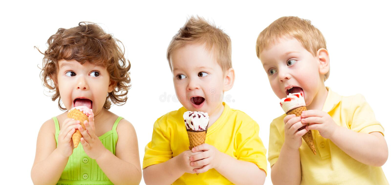 Gruppo divertente dei bambini con gelato isolato immagine stock