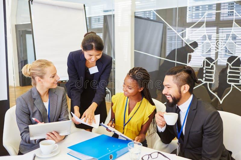 Gruppo e consulente nella riunione immagine stock