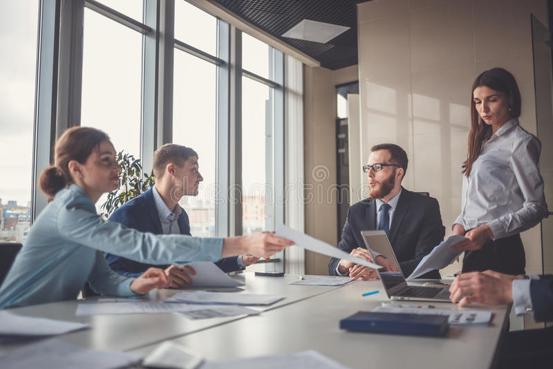 Gruppo e responsabile di affari corporativi in una riunione fotografie stock