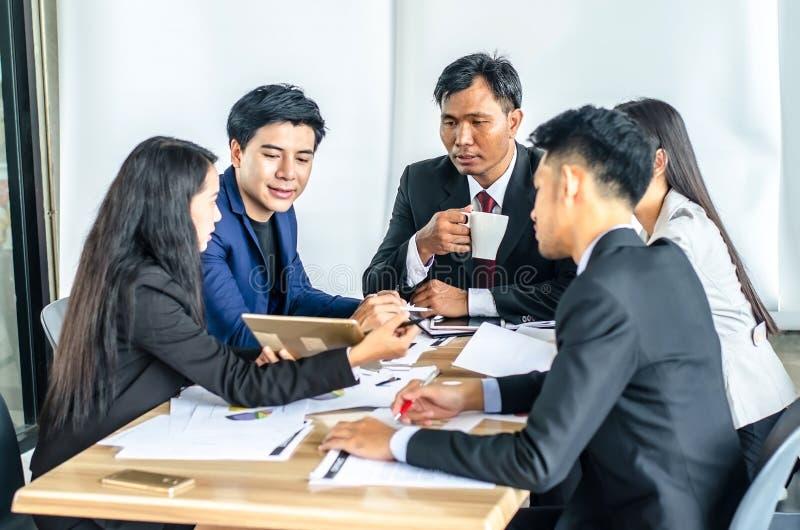 Gruppo e responsabile di affari corporativi in una riunione all'ufficio fotografia stock