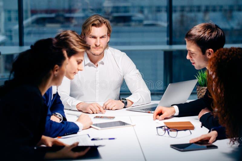 Gruppo e responsabile di affari in una riunione immagini stock libere da diritti