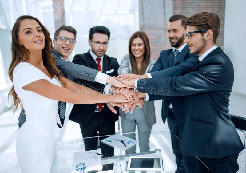 Gruppo felice di affari che si prende per mano insieme immagini stock