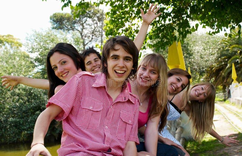 Gruppo felice di amici che sorridono all'aperto immagine stock libera da diritti