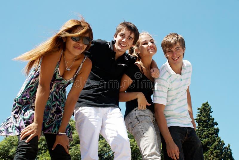 Gruppo felice di amici che sorridono all'aperto fotografia stock