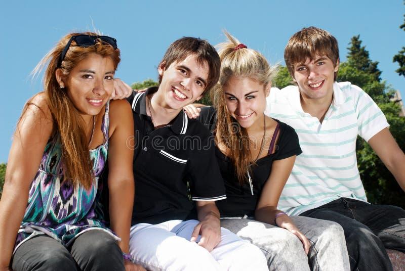 Gruppo felice di amici che sorridono all'aperto immagini stock