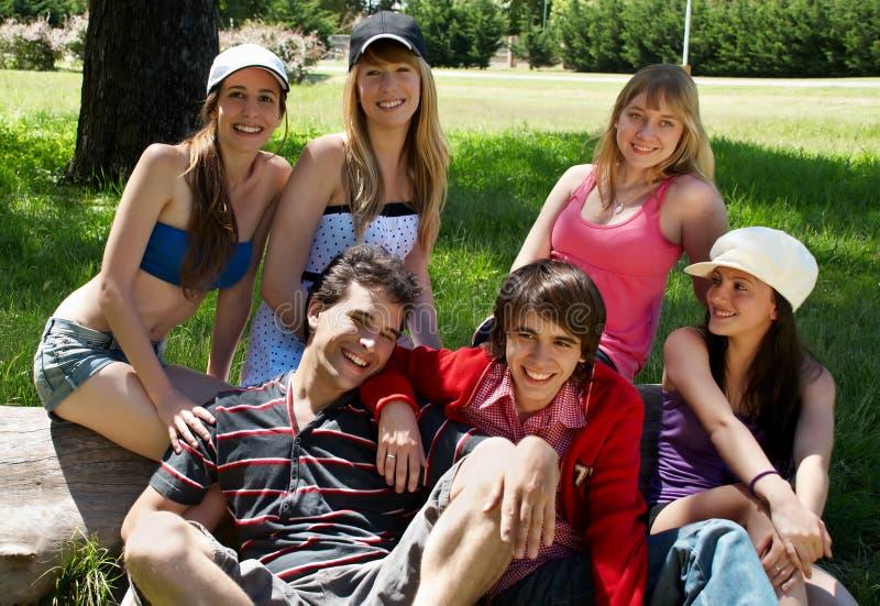 Gruppo felice di amici che sorridono all'aperto fotografia stock libera da diritti