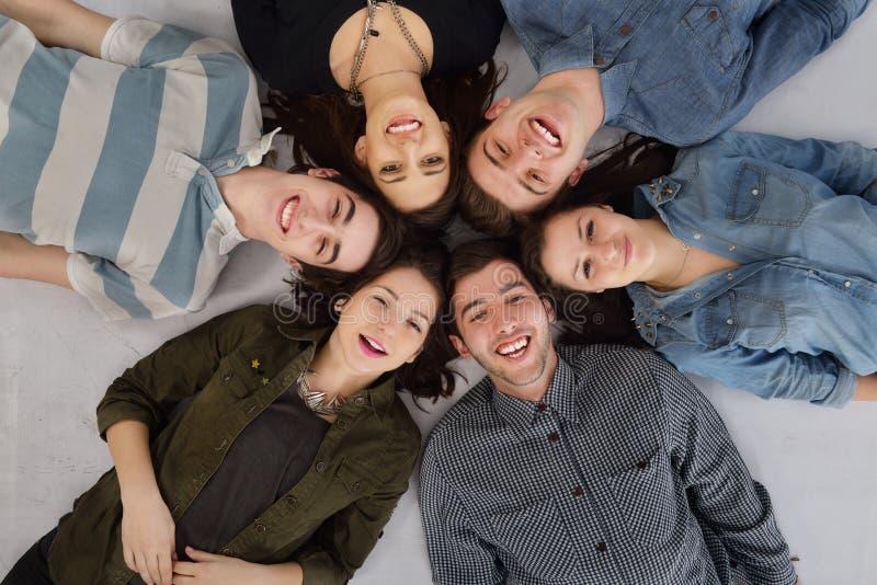 Gruppo felice di anni dell'adolescenza immagine stock libera da diritti