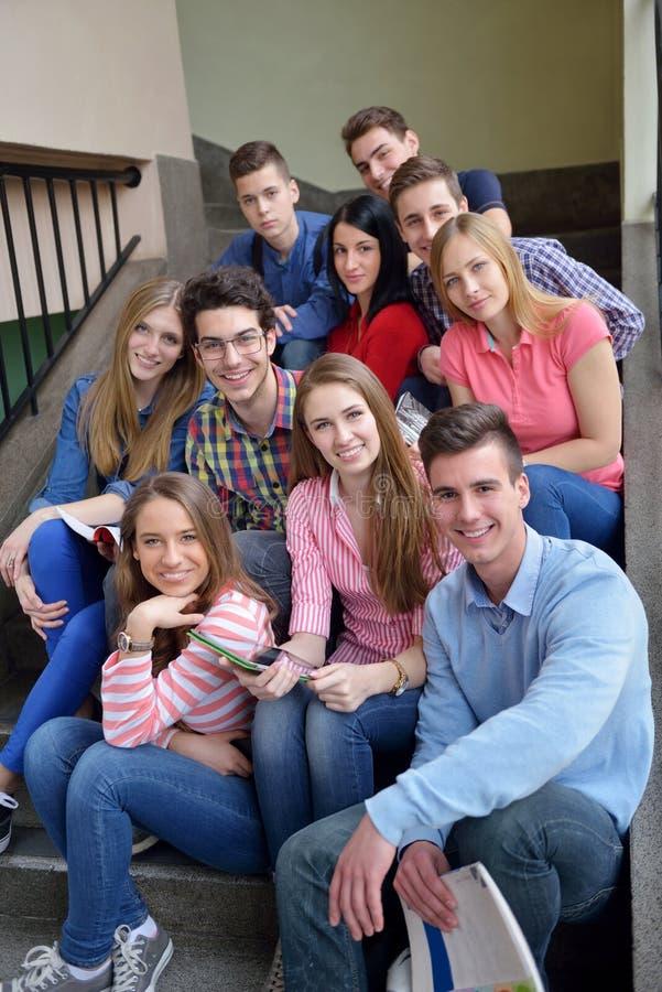 Gruppo felice di anni dell'adolescenza a scuola immagine stock libera da diritti