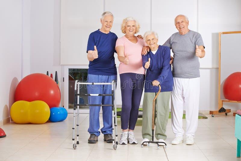 Gruppo felice di gente senior che tiene i pollici su immagini stock libere da diritti