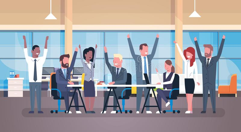Gruppo felice di Team Sitting Together At Desk di affari allegri di riuscite persone di affari con le mani sollevate in moderno royalty illustrazione gratis