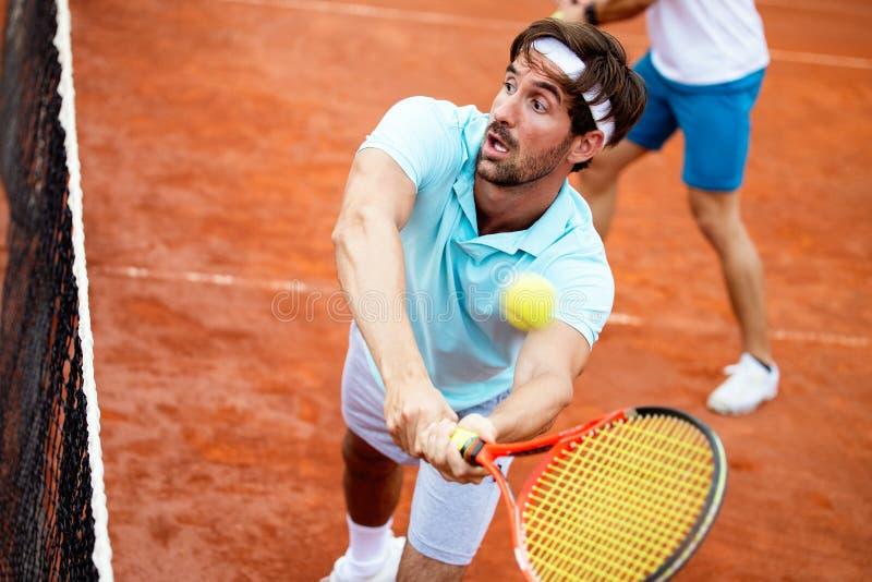 Gruppo felice di tennis al campo da tennis fotografia stock libera da diritti