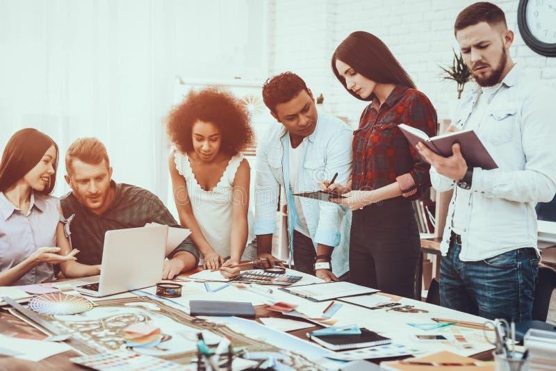 gruppo Generi l'idea teamwork Giovani progettisti immagini stock libere da diritti