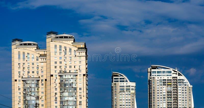 Download Gruppo Grandi Di Case Gialle E Bianche Multipiane Moderne Fotografia Stock - Immagine di appartamento, moderno: 56889482