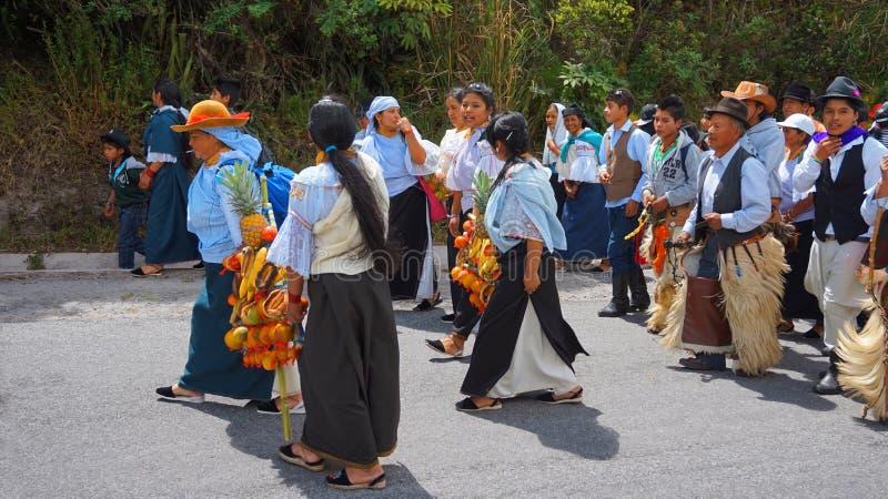 Gruppo indigeno che celebra il partito di solstizio vicino alla laguna di Cuicocha fotografia stock libera da diritti