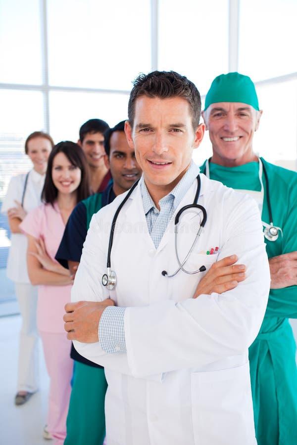Gruppo medico internazionale che si leva in piedi in una riga fotografia stock libera da diritti