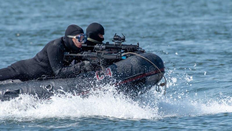 Gruppo militare della forza speciale della marina nell'azione con le pistole e le serie nere dell'operatore subacqueo immagini stock libere da diritti