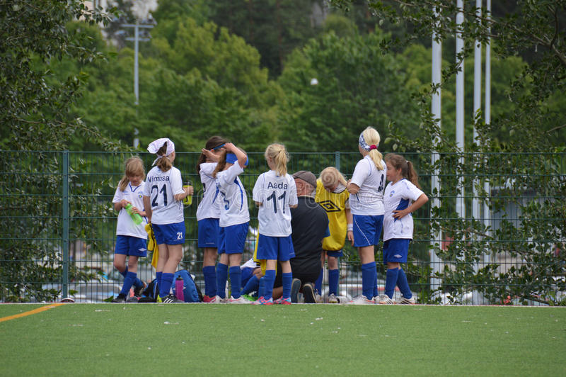 Gruppo minore della ragazza di calcio alla tazza di Helsinki - Helsinki, Finlandia - 6 luglio 2015 immagini stock
