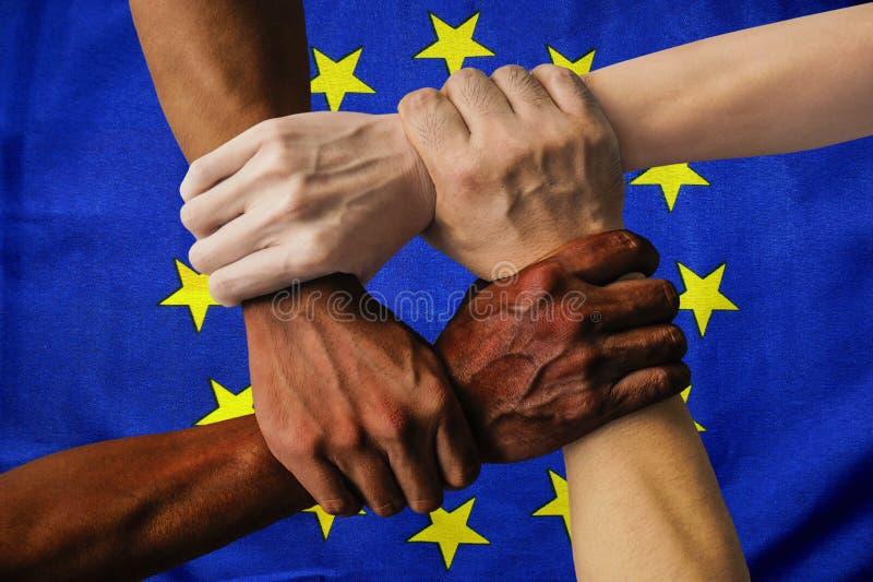 Gruppo multiculturale della bandiera di Europa di diversità di integrazione dei giovani fotografia stock libera da diritti