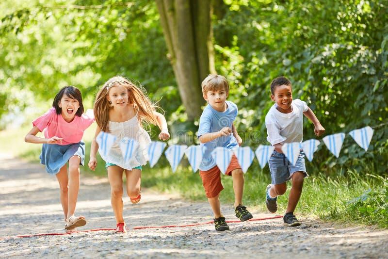Gruppo multiculturale di bambini nella corsa fotografie stock