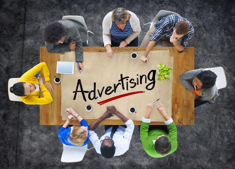 Gruppo multietnico con il concetto di pubblicità fotografia stock libera da diritti