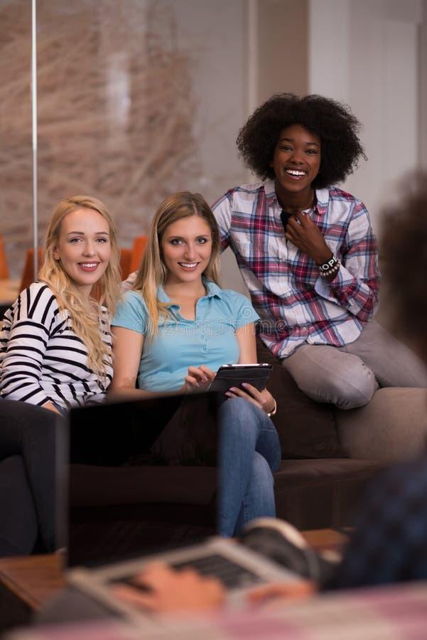 Gruppo multietnico della giovane impresa sulla riunione fotografie stock libere da diritti