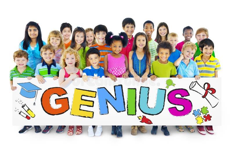 Gruppo multietnico di bambini con il concetto del genio fotografia stock libera da diritti