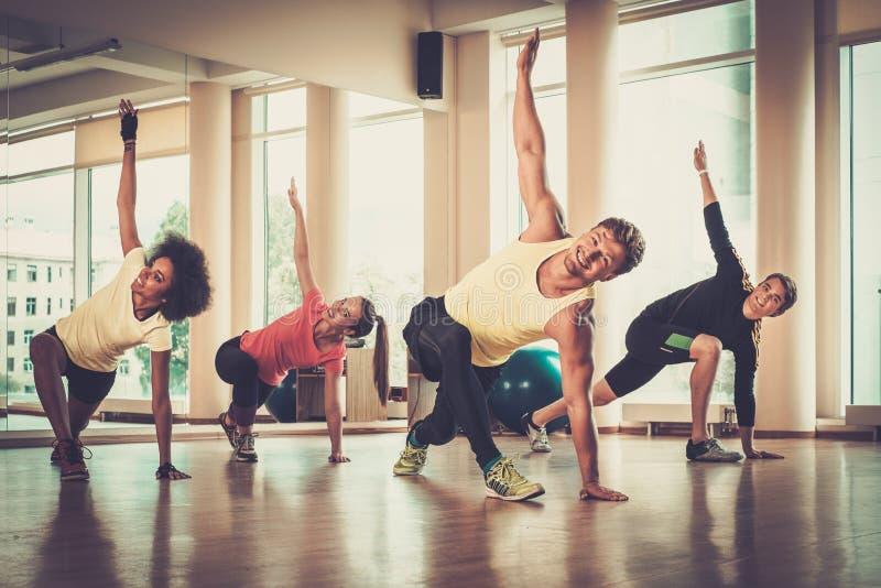 Gruppo multirazziale che fa esercizio di aerobica immagine stock libera da diritti