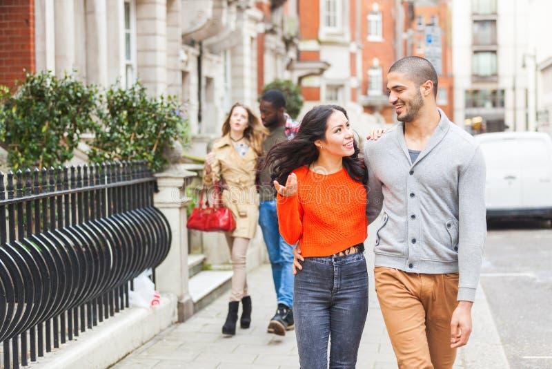 Gruppo multirazziale di amici che camminano a Londra immagini stock