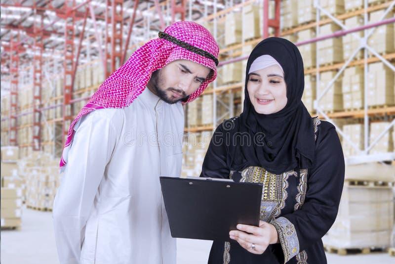 Gruppo musulmano di affari che discute con una lavagna per appunti fotografie stock libere da diritti