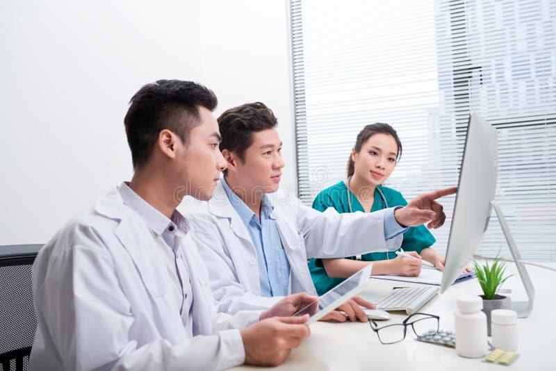 Gruppo personale sanitario Medico professionale che lavora in ospedale o in clinica con altri medici, infermiere e chirurgo fotografia stock