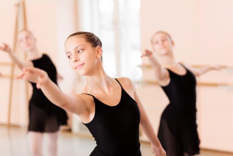 Gruppo piccolo di adolescenti che praticano balletto classico immagine stock libera da diritti