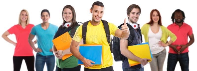 Gruppo pollici di successo dei giovani dello studente di college degli studenti di riusciti su istruzione isolati su bianco immagini stock