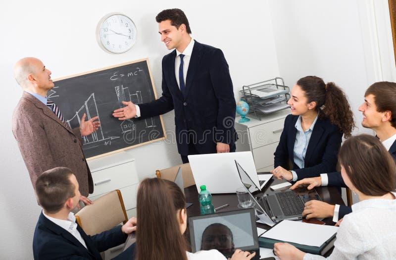 Gruppo professionale di affari alla riunione fotografie stock