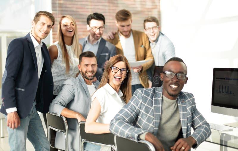 Gruppo professionale di affari nel posto di lavoro fotografia stock